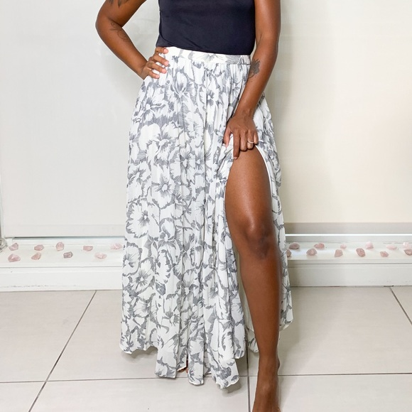 Banana Republic Dresses & Skirts - 🌻Banana Republic Women Beige Pleated Maxi Size 2